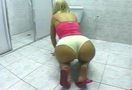 A esposa resolve lavar o banheiro assim e o maridão chega querendo comer seu cu