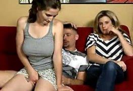 A peituda senta no colo do padrasto e a mãe nem tchum