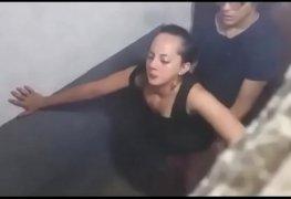 Aluno e diretora são flagrados metendo dentro do banheiro na festa da escola