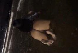 Amadora exibindo peladinha de quatro no mar
