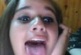 Amanda de 19 anos abrindo cuzinho na webcam