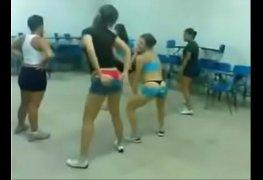 As meninas do colégio opção dançando funk de calcinha
