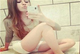 Branquinha ninfa tirou selfie no espelho e caiu na net