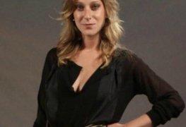 Caroline abras pelada em cena de sexo na série - o mecanismo