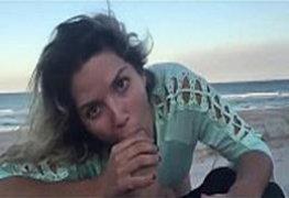 Chupando o pau grosso do namorado na praia