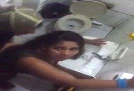 Comendo a namorada no banheiro do bar