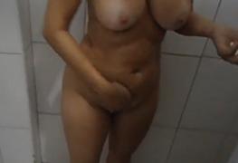 Coroa peituda se filmou tomando banho gostoso no motel