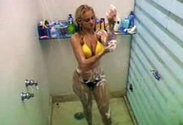 Ellen Roche tomando banho de biquíni