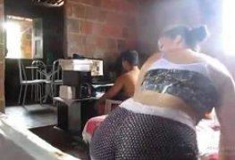 Esposa safada rebolando e corno jogando Free Fire