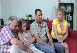 Familia porno incesto transando na sala enquanto assistia filme adulto