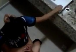 Flagra Amigo comendo a novinha no banheiro na escola - XV NUDES