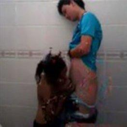 Flagra comendo a prima no banheiro da escola
