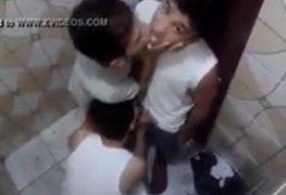 Flagra real três novinhos travestis suruba no banheiro da escola caiu na net