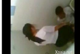 Flagrados fudendo no banheiro do colegio
