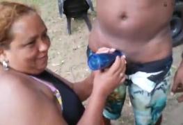 Gorda safada mamando o marmanjo na frente de todos