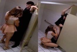Gostosa casada Fodendo com o garçom no banheiro