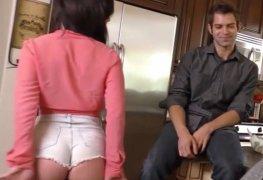 Gostosa com shorts socado provoca negão na frente do marido.