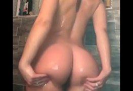 Gostosa no banho lavando o cuzinho e gravando