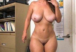Gostosa novata no porno fazendo teste