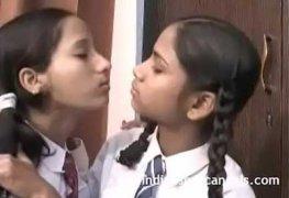 Irmãs lésbicas se pegando depois da escola