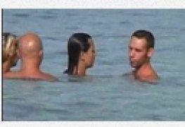 Kate e lauara putaria com seus amigos na agua do mar