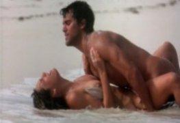 Kelly Brook - cena de sexo na praia no filme Jogo pela Sobrevivência