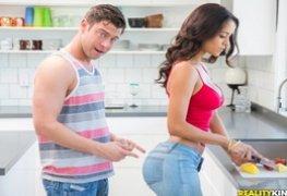 Latina Gostosa deu pro amigo na cozinha de casa