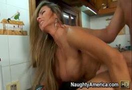 Loira dando gostoso pro canalha fazendo sexo fascinante na cozinha