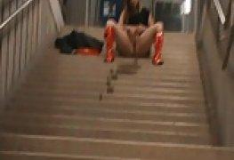 Loira mijando na escadaria