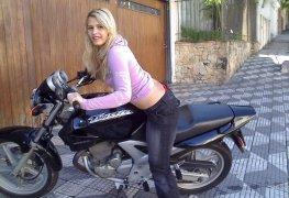 Loirinha motoqueira mostrando sua \