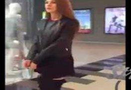 Loirinha safada bricando com a bucetinha no provador do shopping