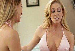 Mae ensina filha masturbar