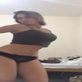 Mamãe muito gostosa se exibindo e masturbando na câmera do celular