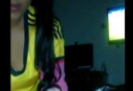 Mama namorado enquanto ele assiste futebol