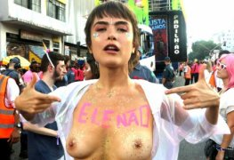 Maria casadevall mostrando os peitos em bloco de carnaval