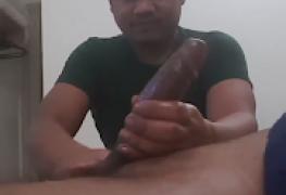 Massageando a piroca enorme