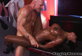 Massagem erótica de Diamond Jackson acaba em sexo