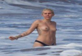 Miley Cyrus gostosa peladinha na praia