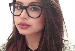 Morena de óculos depiladinha pelada no banheiro