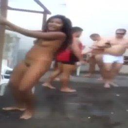 Morena gostosa dançando funk pelada em um batidão com os irmão do heliópolis