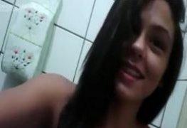 Morena virgem desesperada por uma rola fez vídeo e caiu na net