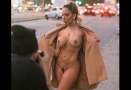 Mulher melão flagrada pelada na rua em sessão de fotos