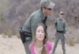 Na fronteira soldados capturam imigrante ilegal e abusam dela gostoso