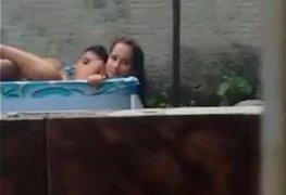 Namorados flagrados fudendo na piscina de ladinho no quintal de casa xxx