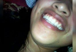 Namore alguém que sorri na hora de levar porra na boca