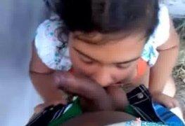 Novinha chupando amigo da escola no quinta de casa