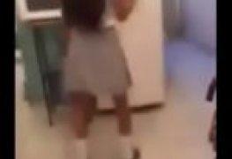 Novinha colegial provocando gostoso no banheiro