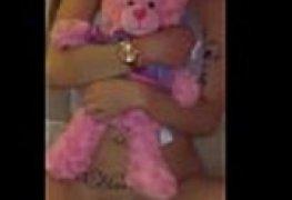 Novinha dando bucetinha apertada enqto segura seu urso de pelucia
