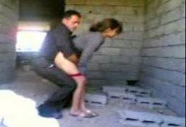 Novinha dando gostoso para o pastor em uma casa abandonada