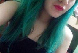Novinha de cabelo colorido peladinha